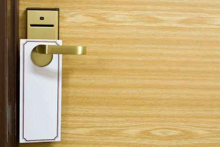 tocar la puerta: Una etiqueta vac�a en la puerta para manejar tu texto  Foto de archivo