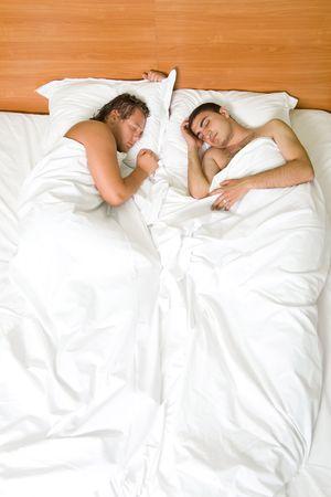 hombres gays: Un par homosexual que duerme en la cama