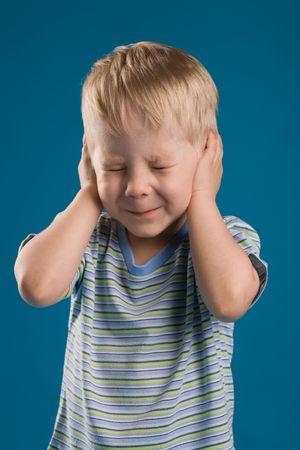 Una foto de un muchacho cerrado sus oídos y los ojos apretados  Foto de archivo - 3112032