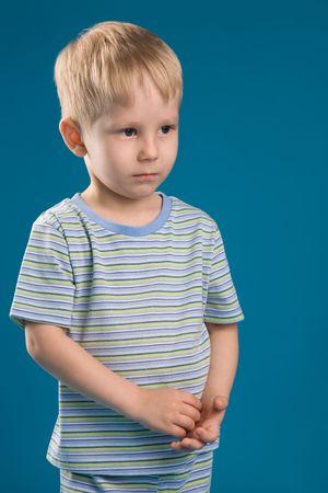 Ein Foto von einem sehr schüchterner Junge isoliert  Standard-Bild