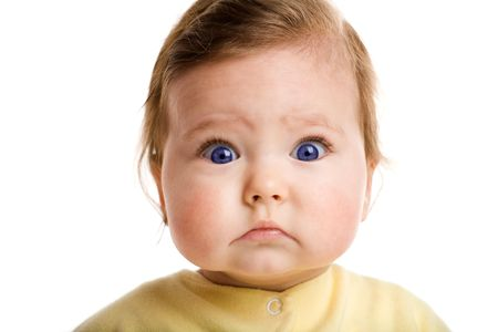 Foto de un bebé, mirando a cámara, aislado en blanco