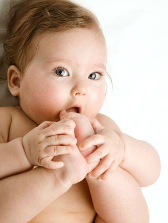 pie bebe: Una foto del beb�, teniendo los pies en la boca