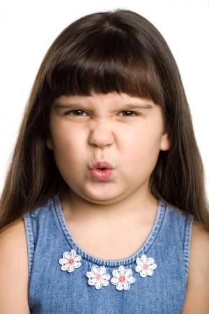 Photo d'une jeune fille grimaçant, isolé sur blanc