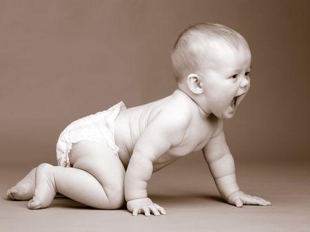 bebe gateando: Tonos foto beb� de nueve meses, el rastreo Foto de archivo