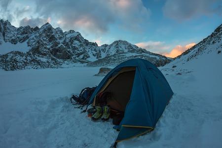 Blaues Zelt im Basislager in den Bergen. Standard-Bild - 77315784