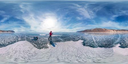 Toerist met sleeën loopt langs het blauwe ijs van het Baikalmeer. Sferisch 360 graden 180 panorama.