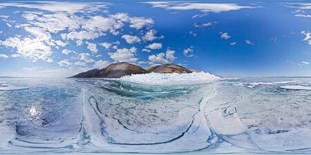 Les monticules glacés de l'île Olkhon sont le lac Baïkal. Panorama sphérique 360 180 vr
