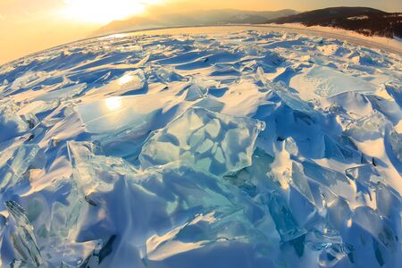 Transparant blauw Toros Baikal-ijs schijnt door de spleetzonsondergang