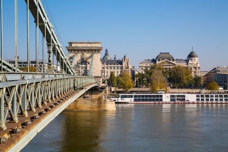 szechenyi: El puente de cadena de Szechenyi en el r�o Danubio, Budapest Foto de archivo