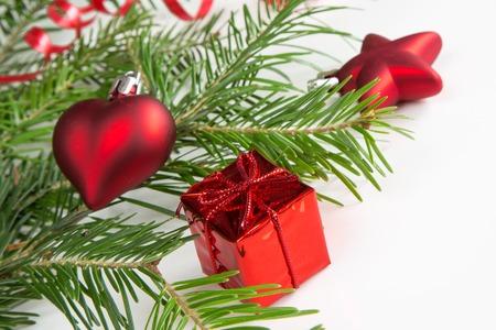 branche sapin noel: Branche d'arbre de No�l et les d�corations rouges