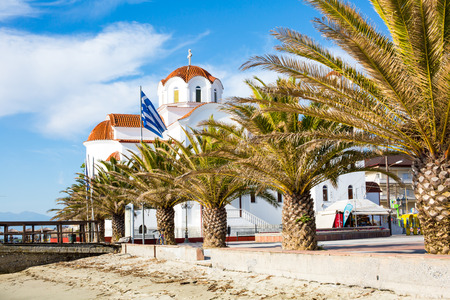IGLESIA: Iglesia ortodoxa griega en Paralia Katerini, muelle de madera, las palmeras y la playa de arena, Grecia