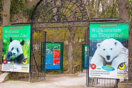 zoologico: VIENA, Austria - 03 de abril 2015: Schönbrunn puerta de entrada zoológico con las carteleras del anuncio