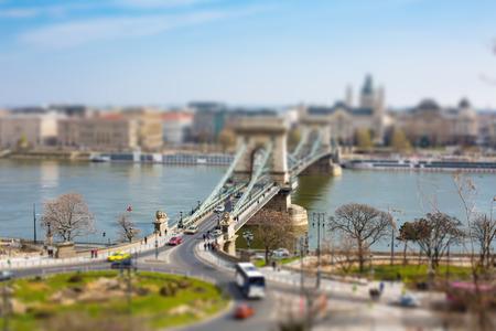 szechenyi: Estatuas Le�n famosos en la entrada del famoso Puente de las Cadenas de Budapest Szechenyi que atraviesa el r�o Danubio entre Buda y Pest. Foto de archivo