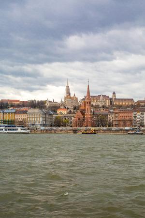 buda: Vue du c�t� Buda de Budapest avec le ch�teau de Buda St. Matthias et le Bastion des P�cheurs du Danube