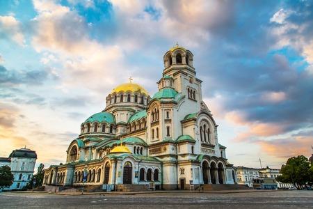 St. Alexander Nevski-kathedraal in het centrum van Sofia, de hoofdstad van Bulgarije tegen de blauwe ochtendhemel met kleurrijke wolken
