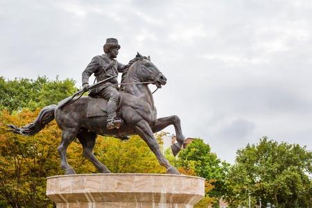 Skopje, Macedonia - 30 settembre 2015: statua del cavaliere a cavallo nel centro di Skopje, in Macedonia