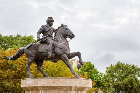 Skopje, Macedonia - Septiembre 30, 2015: estatua jinete del caballo en el centro de Skopje, Macedonia Editorial