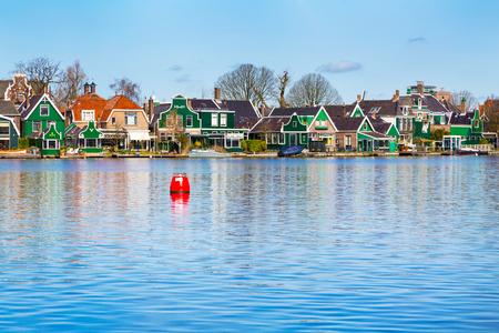Rij van oude nederlandse groene traditionele huizen in de stad Zaanse Schans in Nederland, Noord-Holland in de buurt van Amsterdam, exemplaar ruimte, plaats voor tekst