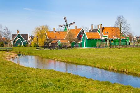 Zaanse Schans, Nederland traditionele dorpshuizen, windmolen tegen de blauwe hemel