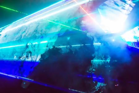 Abstracte achtergrond patroon met ruimte heldere kleurrijke laserstralen, rook en flits