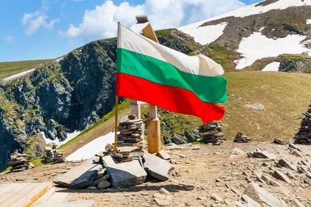 Drapeau bulgare au sommet près de sept lacs de Rila dans le parc national de Rila, Bulgarie