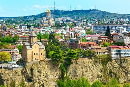 De luchthorizon van Tbilisi, Georgië met oude traditionele huizen en kerken