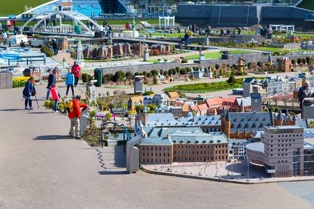 Den Haag, Nederland - 8 april 2016: Panorama van Madurodam, Holland miniatuur park en toeristische attractie in Den Haag, Nederland Redactioneel