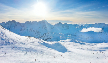 Les Deux Alpes skitoevluchthellingen, bergpanorama en zon luchtmening, Frankrijk, Franse Alpen