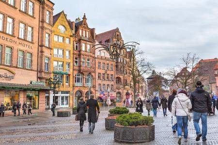 Nuremberg, Duitsland - 24 december 2016: Stadsstraat met traditionele huizen in Beieren in de kersttijd Redactioneel