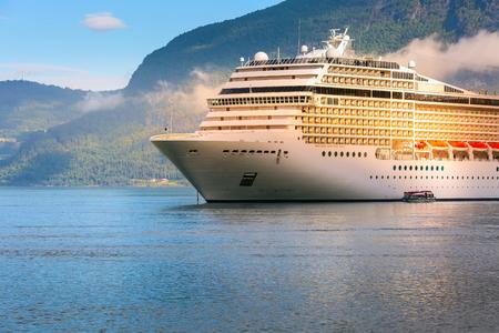 Norwegia fiord turystyka wakacje i podróż tło ze statkiem wycieczkowym i górskim krajobrazem Zdjęcie Seryjne