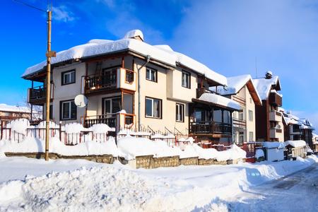 Street view, traditional houses and high snow in bulgarian ski resort Bansko, Bulgaria 版權商用圖片
