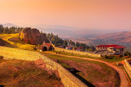 Panoramic sunset landscape with Belogradchik cliff rocks and kaleto, nature gem landmark, Bulgaria 版權商用圖片