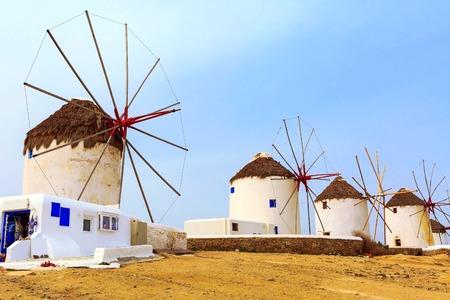 Griechischer ikonischer Windmühlen-Panoramahintergrund in Mykonos, Griechenland, berühmte Insel in den Kykladen