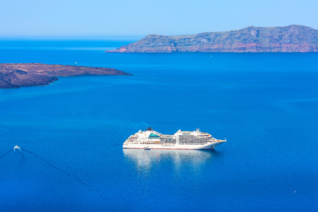 Panoramic sea view from Fira town to caldera, volcano island and cruise ship in Santorini, Thira, Greece Imagens