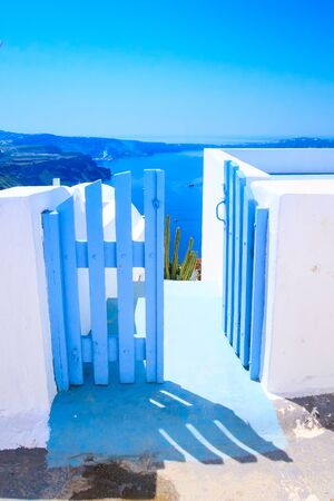 Santorini island, Greece architecture, blue door with caldera blue sea panoramic view and volcano island Stockfoto