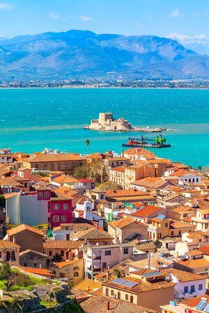 Nafplio o Nafplion, Grecia, panorama aereo della città vecchia del Peloponneso con il mare e la fortezza di Bourtzi
