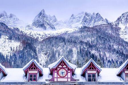 Chamonix Mont Blanc, Francia, facciata della stazione ferroviaria, sulle Alpi francesi e vette innevate Archivio Fotografico