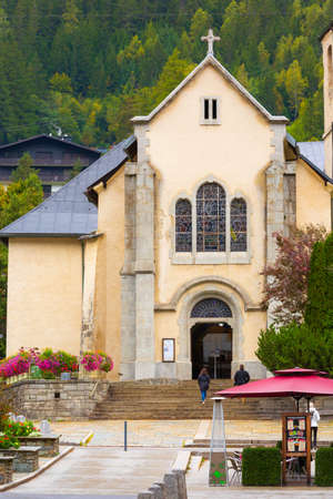 Chamonix Mont-Blanc, France - October 4, 2019: People, autumn street view with catholic church of St Michel in autumn 新闻类图片