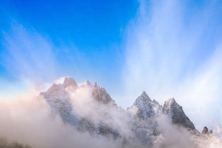 Fantastic dawn snow mountains landscape background. Colorful pink and blue clouds overcast sky. French Alps, Chamonix Mont-Blanc, France 免版税图像