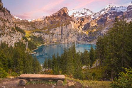 Oeschinensee sunset lake and bench, Swiss Alps, Switzerland panorama aerial view 免版税图像