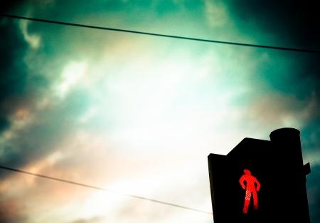 semaforo peatonal: Peatonal semáforo en rojo frente al cielo de la tarde. Semáforos, ciudad, noche Foto de archivo