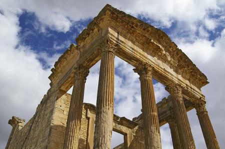 Ruines du temple de Saturne à Dougga Banque d'images - 30895380