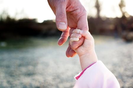 padre e hija: padre y sus hijas mano