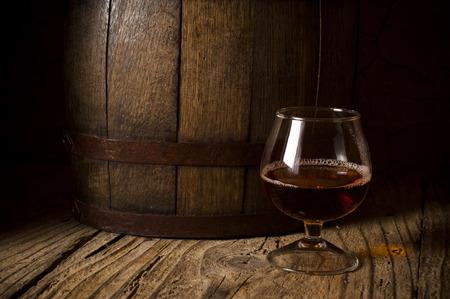 whisky met ijs op een houten tafel