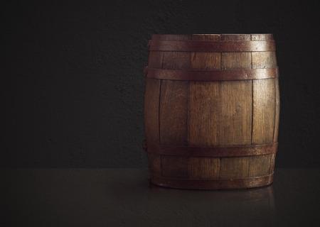 Oude houten vat op een bruine achtergrond