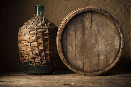 포도 배경에 와인 유리