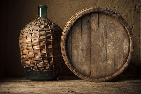 Wijnglas op wijngaard achtergrond