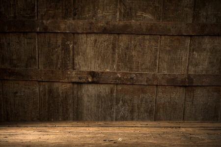 bodegas: fondo del barril y desgastada vieja mesa de madera