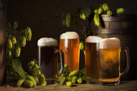 맥주 안경 나무 배경에 테이블에 맥주 배럴 스톡 콘텐츠