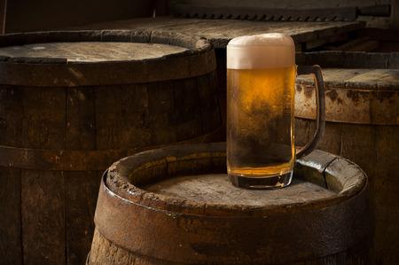 cerveza: Barril de cerveza con vasos de cerveza en la mesa de madera de fondo Foto de archivo